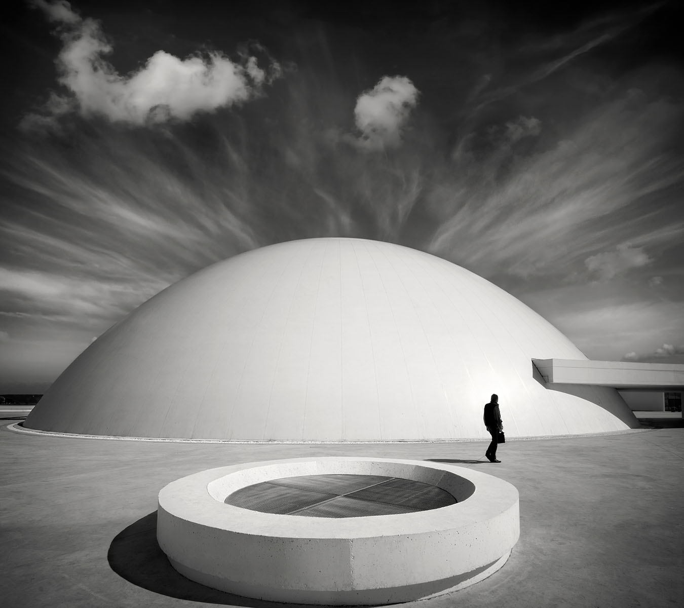 ramon-vaquero_the-walker_centro-niemeyer